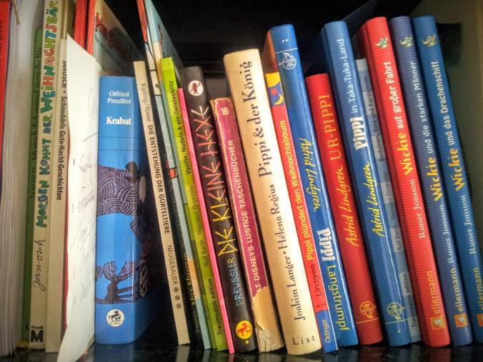 Bücherregal mit Begleitmaterial